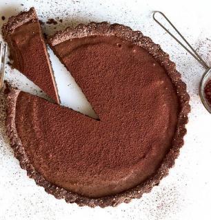 tarte au chocolat noir et au tofu sur croquant d'amandes