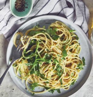 spaghetti style cacio e pepe  à la roquette et aux herbes